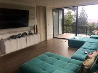 Una sala de estar llena de muebles y una gran ventana en Casa en Bogota Altos De Bella Suiza - con jardines y terrazas