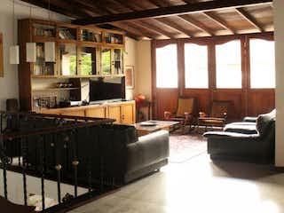 Una sala de estar llena de muebles y una ventana en Casa en venta en Rosales de 280mts