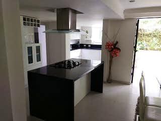 Una cocina con una estufa de fregadero y nevera en Casa en venta en El Campestre de 400mts