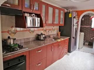 Una cocina con una estufa de fregadero y horno en Apartamento en venta en Niquía de 3 habitaciones
