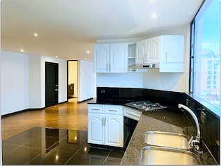 Cocina con fogones y microondas en Apartamento en venta en Chicó Reservado, de 103,16mtrs2
