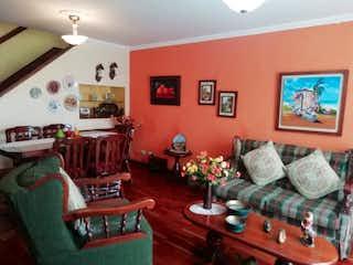 Una sala de estar llena de muebles y una chimenea en Conj Plaza Vallarta