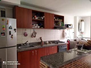 Una cocina con una estufa de fregadero y nevera en Apartamento en venta en Portales del Norte de 3 habitaciones