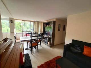 Una sala de estar llena de muebles y una televisión de pantalla plana en Apartamento en venta en Madera de tres habitaciones