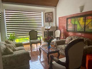 Una sala de estar llena de muebles y una televisión de pantalla plana en Se vende casa en Colina Campestre