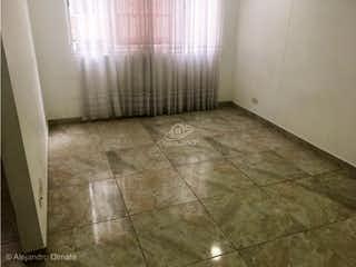 Un cuarto de baño con un inodoro y una cortina de ducha en Apartamento en venta en El Tintal de 60m2