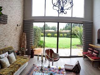 Una sala de estar llena de muebles y una ventana en Casa en venta en Hacienda San Simón, de 269mtrs2