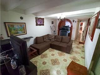 Una sala de estar llena de muebles y una ventana en Casa en venta en Zarzamora de 5 habitaciones