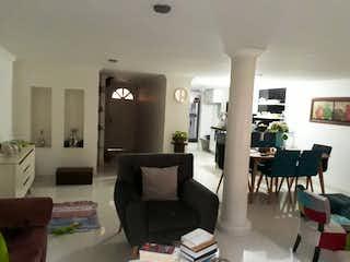 Una sala de estar llena de muebles y una lámpara de araña en Casa en venta en La Mota, 82mt de tres niveles