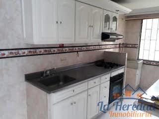 Una cocina con un fregadero y una estufa en senderos del palmar