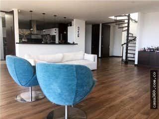 Un sofá azul sentado en una sala de estar en Apartamento en venta en Colinas de Suba, 223mt con terraza