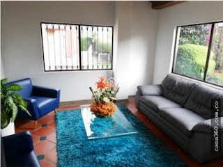 Una sala de estar llena de muebles y una gran ventana en Casa en venta en Iberia, 122mt de tres niveles
