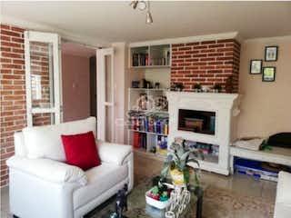 Una sala de estar llena de muebles y una chimenea en Casa en venta en Niza Norte, 308mt de dos niveles