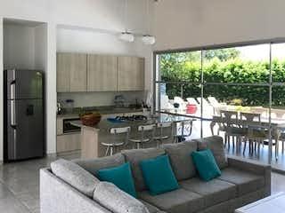 Una sala de estar llena de muebles y una gran ventana en Casa en venta en Casco Urbano Sopetrán, de 2006mtrs2