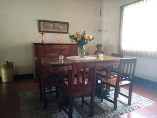 Un comedor con una mesa y sillas en Casa en venta en La Abadía, de 647mtrs2