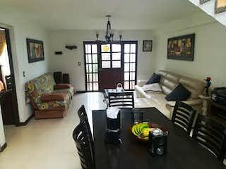 Una sala de estar llena de muebles y una televisión de pantalla plana en Casa en venta en Alejandría, de 580mtrs2