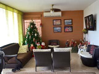 Una sala de estar llena de muebles y un árbol de navidad en QUINTAS DE SANTA MARIA  1