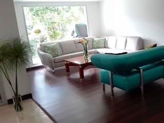 Una sala de estar llena de muebles y una ventana en URBANIZACION PALMITAS