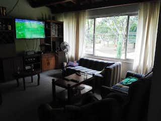 Una sala de estar llena de muebles y una televisión de pantalla plana en Casa en venta en Universidad Medellín, de 137mtrs2