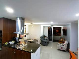 Una sala de estar llena de muebles y una televisión de pantalla plana en Apartamento en venta en Loma del Indio de dos alcobas