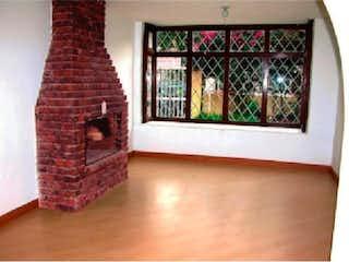 Una sala de estar llena de muebles y una ventana en Casa En Venta En Bogota Lisboa-Usaquén