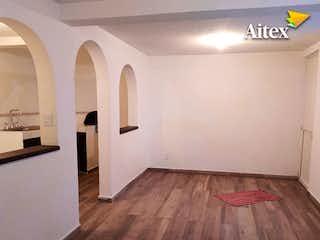 Una cocina con suelo de madera y paredes blancas en Casa en venta en Santa Ana, 145mt de tres niveles