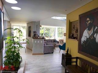 Una sala de estar llena de muebles y una televisión de pantalla plana en Bosques de Bavaria