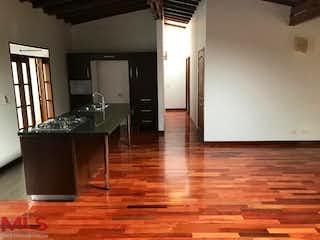 Una habitación con suelos de madera y paredes de madera en Los Prados