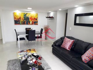 Una sala de estar llena de muebles y una televisión de pantalla plana en Apartamento en venta en Loma de los Bernal de tres habitaciones