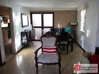 Una sala de estar llena de muebles y una chimenea en VILLAS DEL MEDITERRANEO