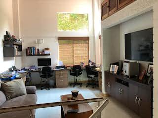 Una sala de estar llena de muebles y una televisión de pantalla plana en Casa en venta en Loma del Escobero de 170mts