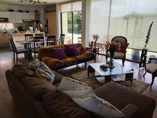 Una sala de estar llena de muebles y una ventana en Casa en venta en Casco Urbano Cajicá, de 369mtrs2