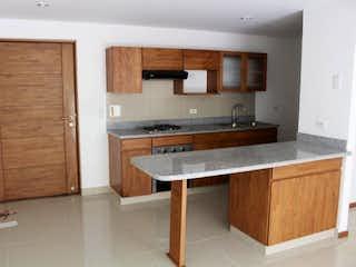 Una cocina con una estufa de fregadero y armarios en Apartamento en venta en Calle Larga de dos alcobas