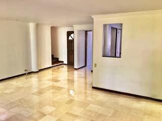 Un cuarto de baño con dos lavabos y una ducha en Venta de Casa en Milla de Oro El Poblado, Medellín