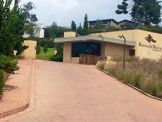 Un camino que tiene un edificio en el fondo en Reserva del Retiro