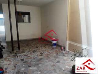 Una habitación que tiene un inodoro y se hunde en él en Casa en venta en Barrio La América de 300mts