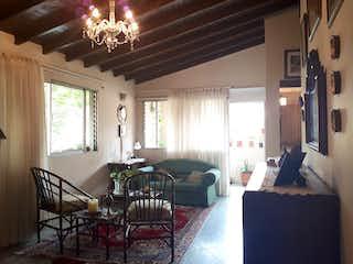 Una sala de estar llena de muebles y una lámpara de araña en Apartamento en venta en La Castellana, 98mt con balcon