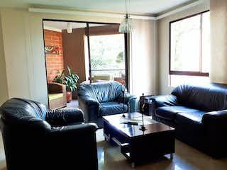 Una sala de estar llena de muebles y una ventana en Apartamento en venta en Los Balsos de tres alcobas