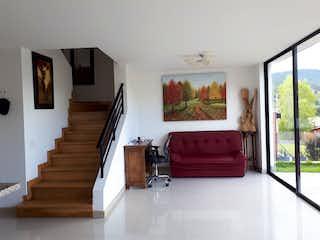 Una sala de estar llena de muebles y una ventana en Casa en venta en El Retiro de 212mts