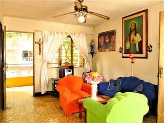 Una sala de estar llena de muebles y una ventana en Casa en venta en La Magnolia, 189mt con terraza