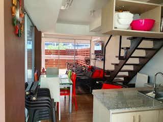 Una cocina con una mesa y sillas en ella en Casa en venta en Santa Fe de Antioquia, 78mt de dos niveles