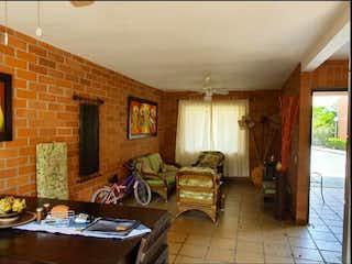 Una sala de estar llena de muebles y una ventana en Casa en venta en Santa Fé de Antioquia, 236mt de dos niveles