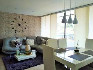 Una sala de estar llena de muebles y una ventana en Apartamento en venta en Suramérica, 86mt con dos balcones