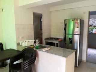 Una cocina con nevera y fregadero en Apartamento en venta en Santa Fé de Antioquia de una habitacion