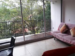 Una sala de estar llena de muebles y una ventana en Apartamento en venta en Santa Fé de Antioquia de una habitacion