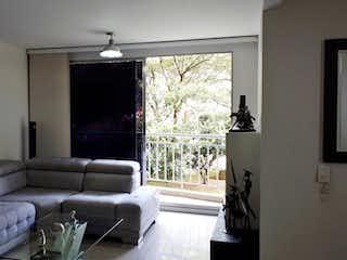 Una sala de estar llena de muebles y una ventana en Apartamento en venta en Suramérica, 96mt con dos balcones
