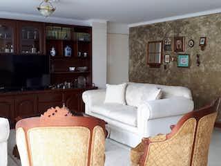 Una sala de estar llena de muebles y una televisión de pantalla plana en Apartamento en venta en Barrio Laureles de tres alcobas