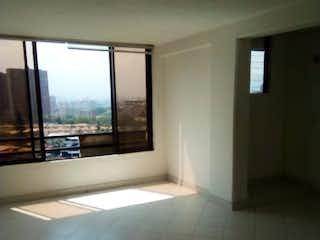 Un cuarto de baño con un inodoro y una ventana en Apartamento en venta en San Germán, 75mt