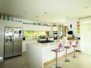 Una cocina llena de un montón de electrodomésticos blancos en Casa en venta en Loma del Escobero de 524mts