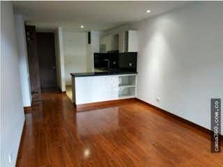 Una sala de estar con suelos de madera dura y un suelo de madera en Apartamento en venta en Caobos Salazar, de 70mtrs2